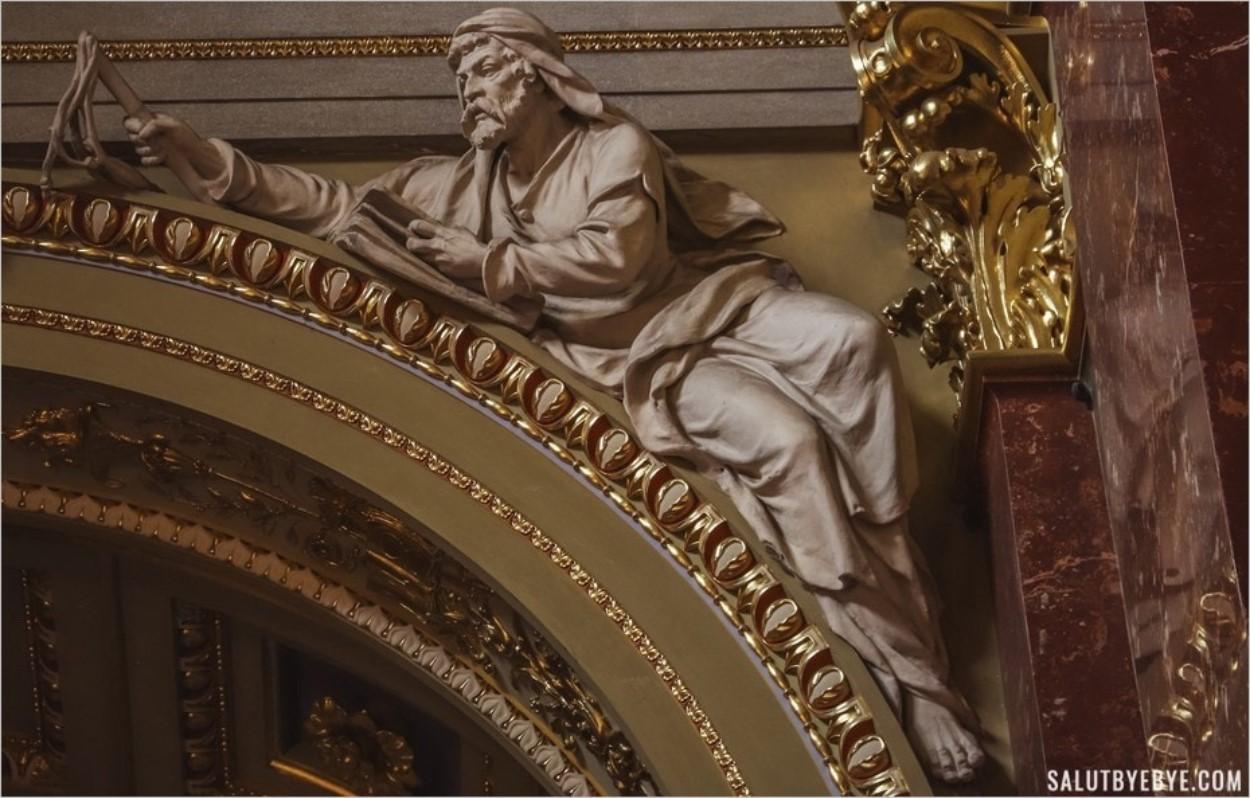 Sculpture dans la basilique Saint-Etienne