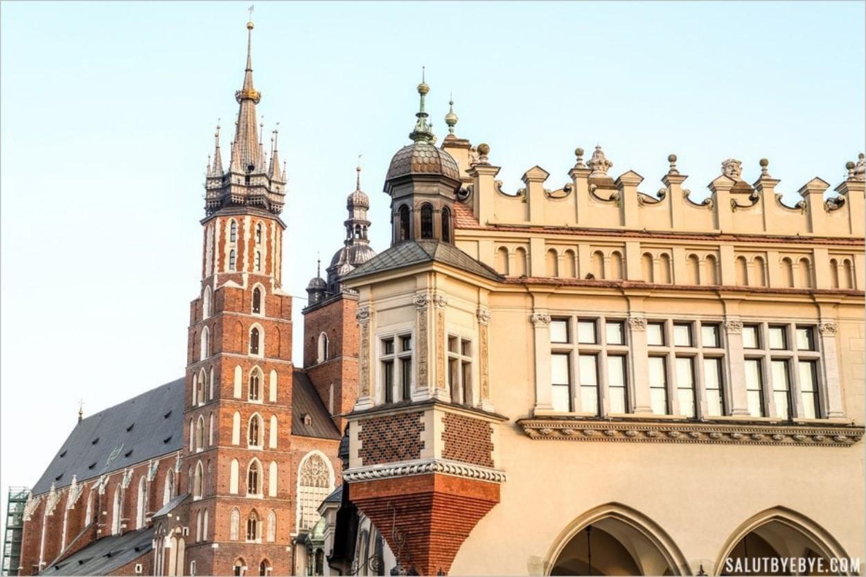 Sukiennice à Cracovie, avec les tours de la basilique Sainte-Marie