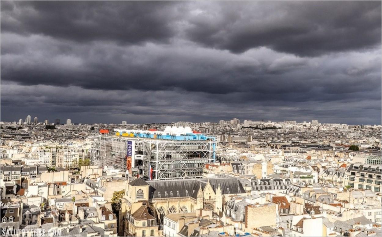 Le Centre Pompidou sous un ciel d'orage