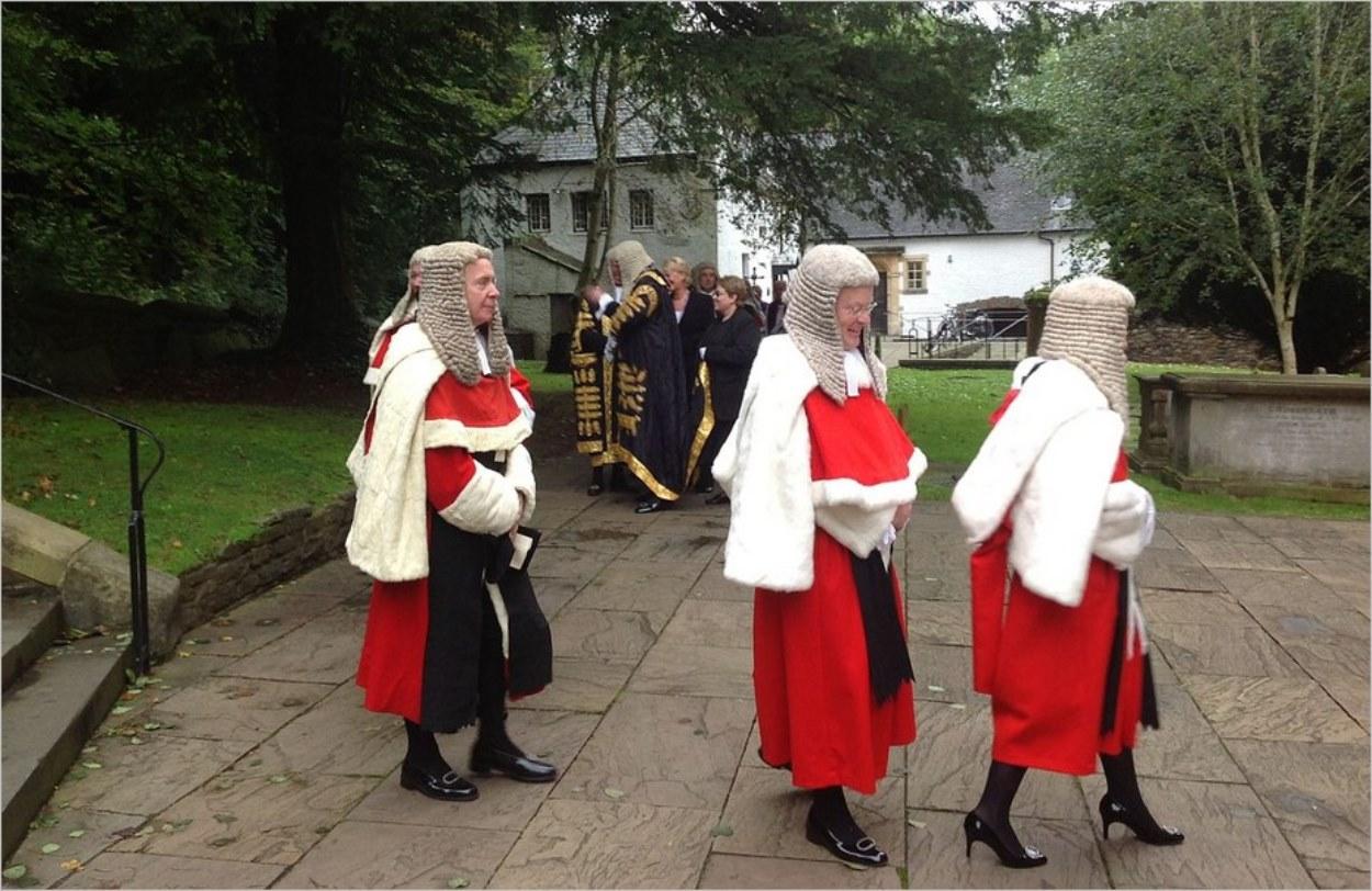 Des juges anglais en tenue de cérémonie au Pays de Galles