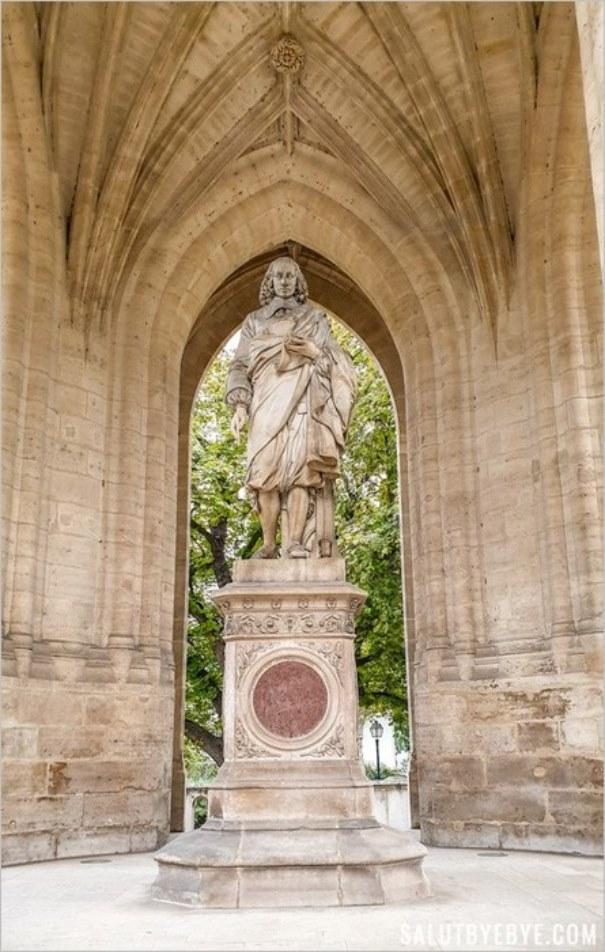 Statue de Blaise Pascal sous la Tour Saint Jacques