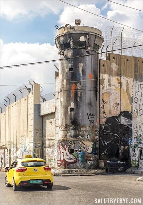 Donald Trump embrassant le mur entre Cisjordanie et Israël
