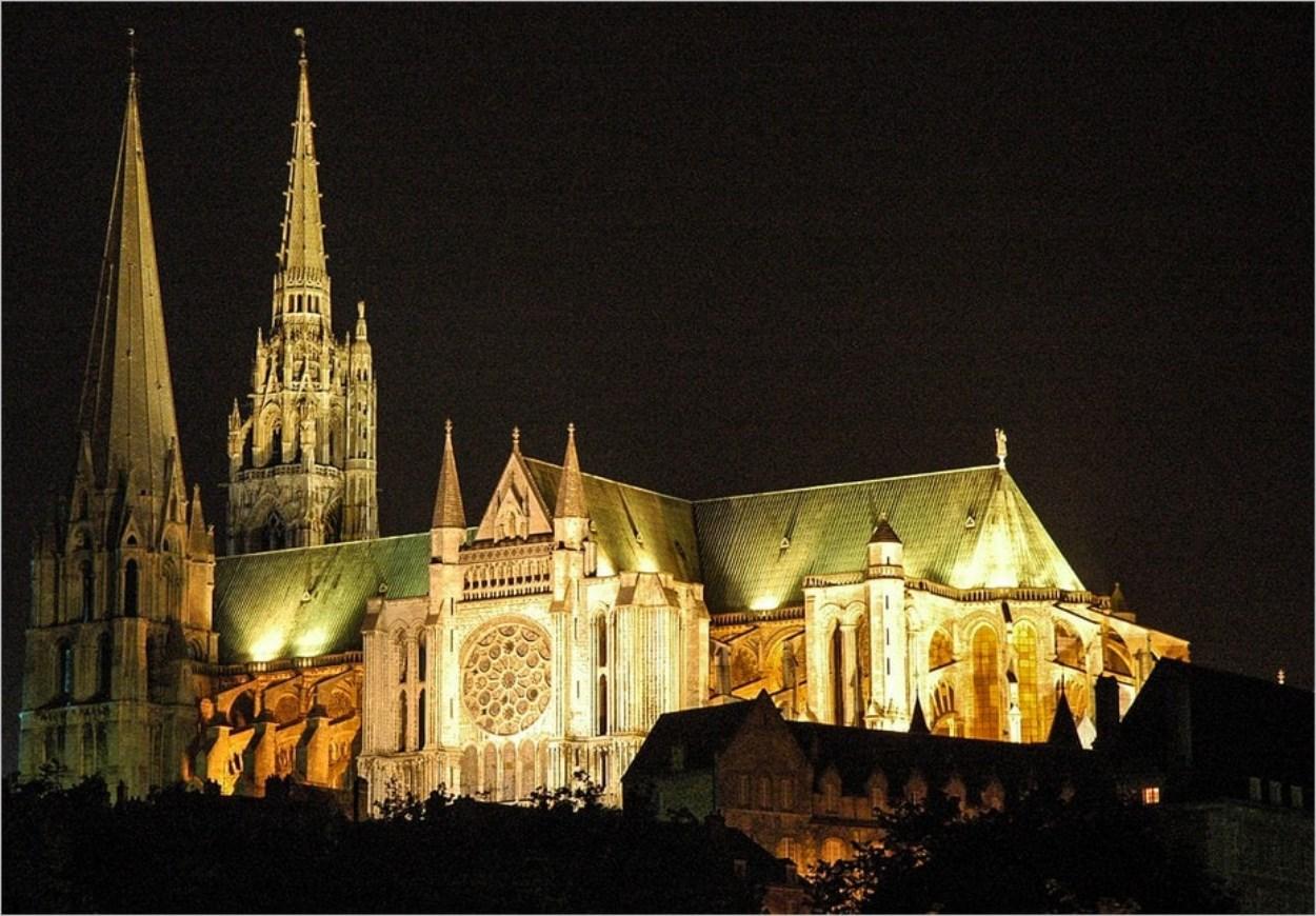 La splendeur de la cathédrale de Chartres la nuit