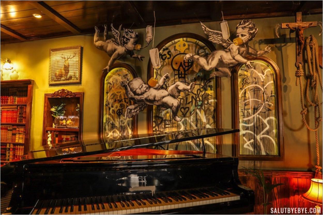 Le piano du Walled Off Hotel de Banksy à Bethléem