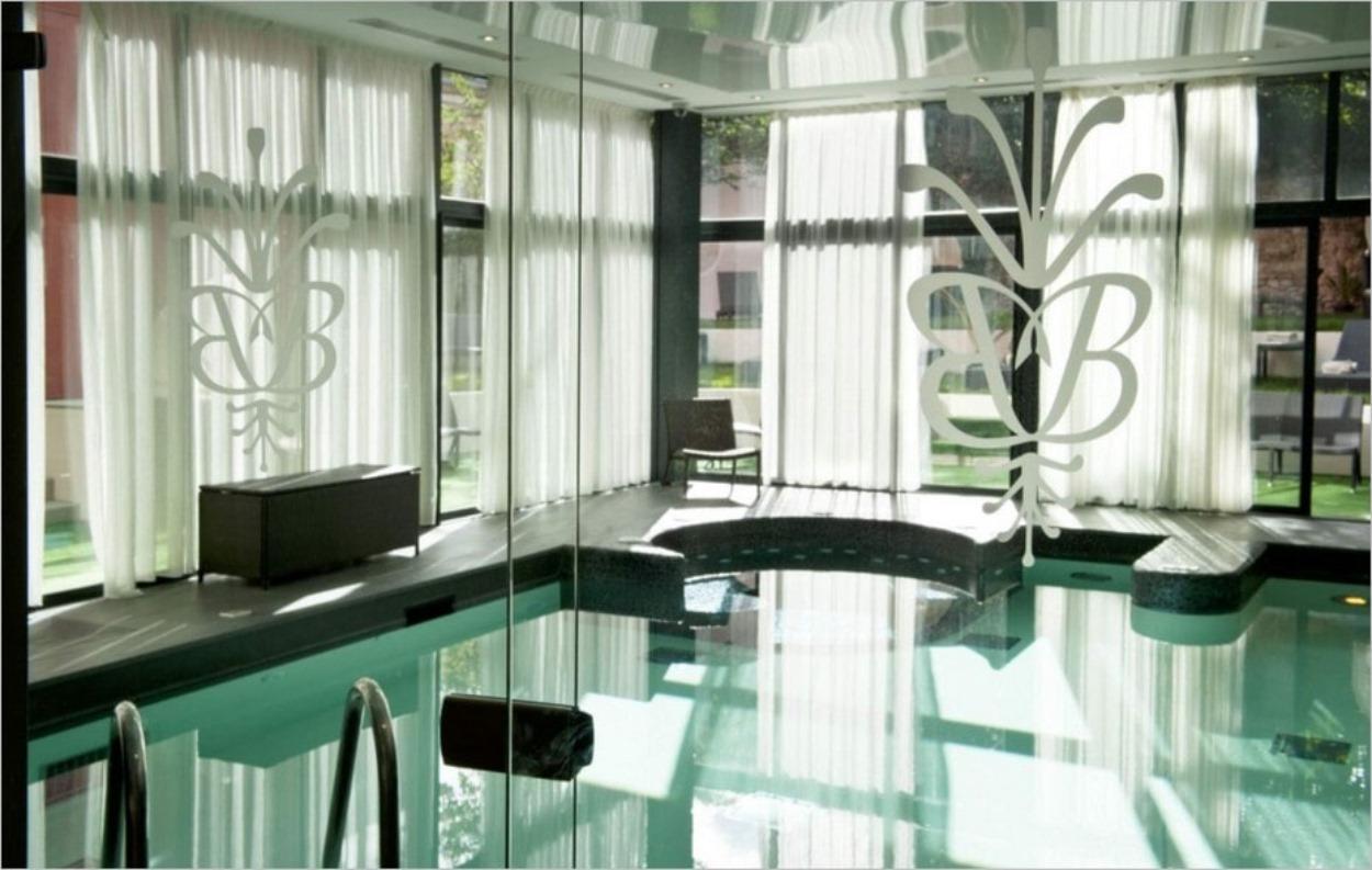 La jolie piscine de l'hôtel spa Grand Monarque