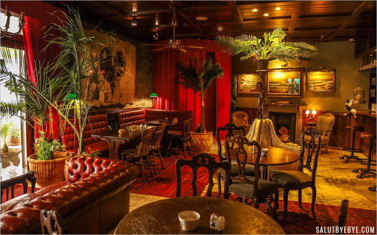 Le décor du piano bar du Walled Off Hotel à Bethléem