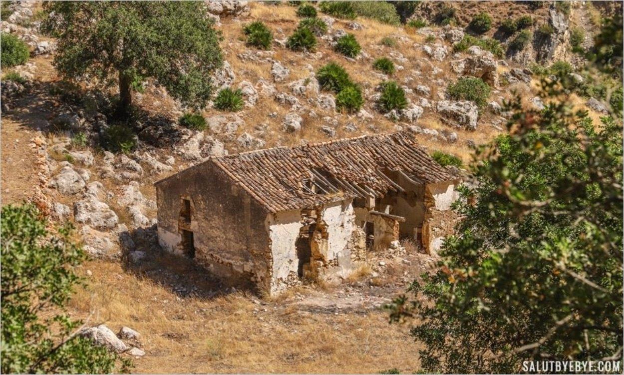 Bâtiment en ruines en contrebas du Caminito del Rey