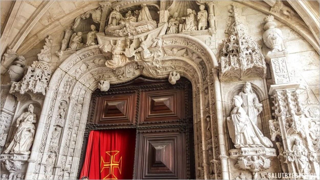 A l'entrée du Mosteiro dos Jeronimos à Lisbonne