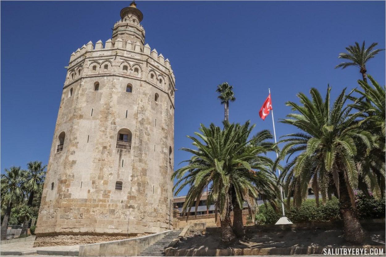 Au pied de la Torre del Oro à Séville