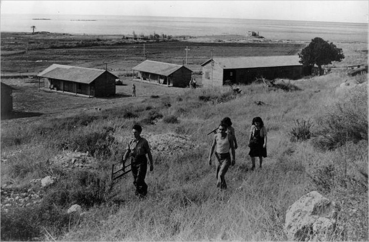 Les premiers bâtiments du kibboutz Rosh HaNikra en 1949