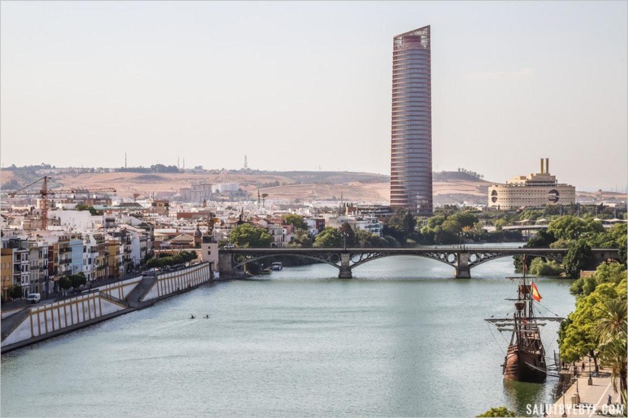 Vue sur le pont de Triana et la Tour Sevilla, premier gratte-ciel de Séville