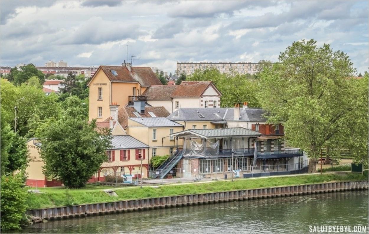 Le hameau Fournaise vu depuis les berges de la Seine