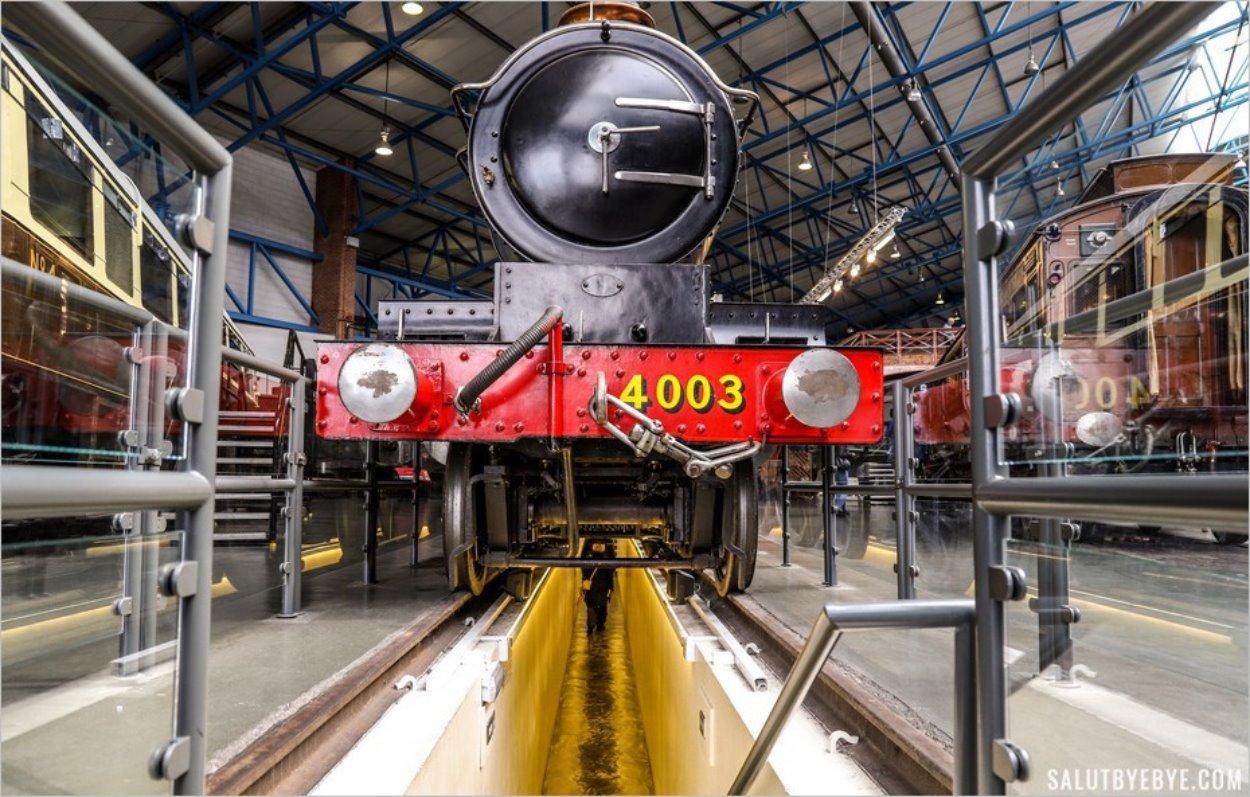 Passage sous un train au musée du chemin de fer de York