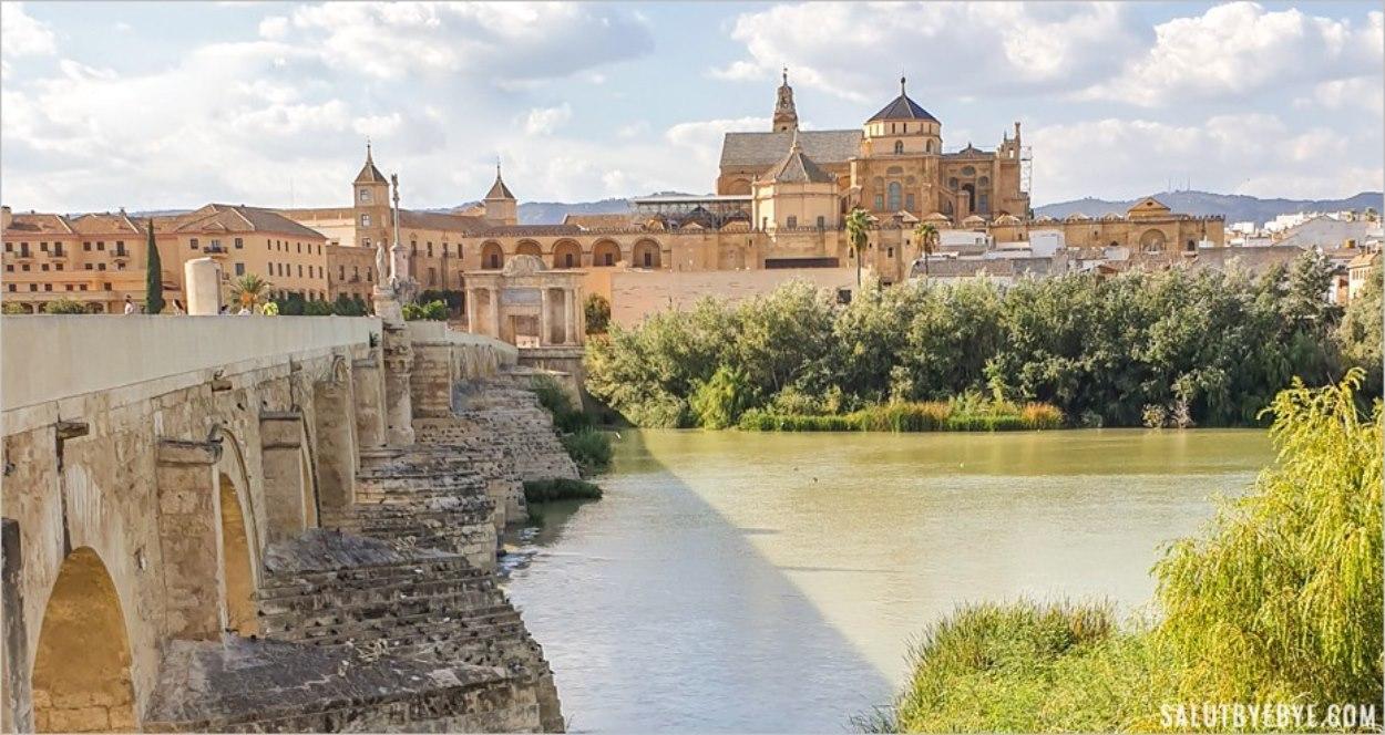 Vue sur la mosquée-cathédrale de Cordoue et le palais épiscopal