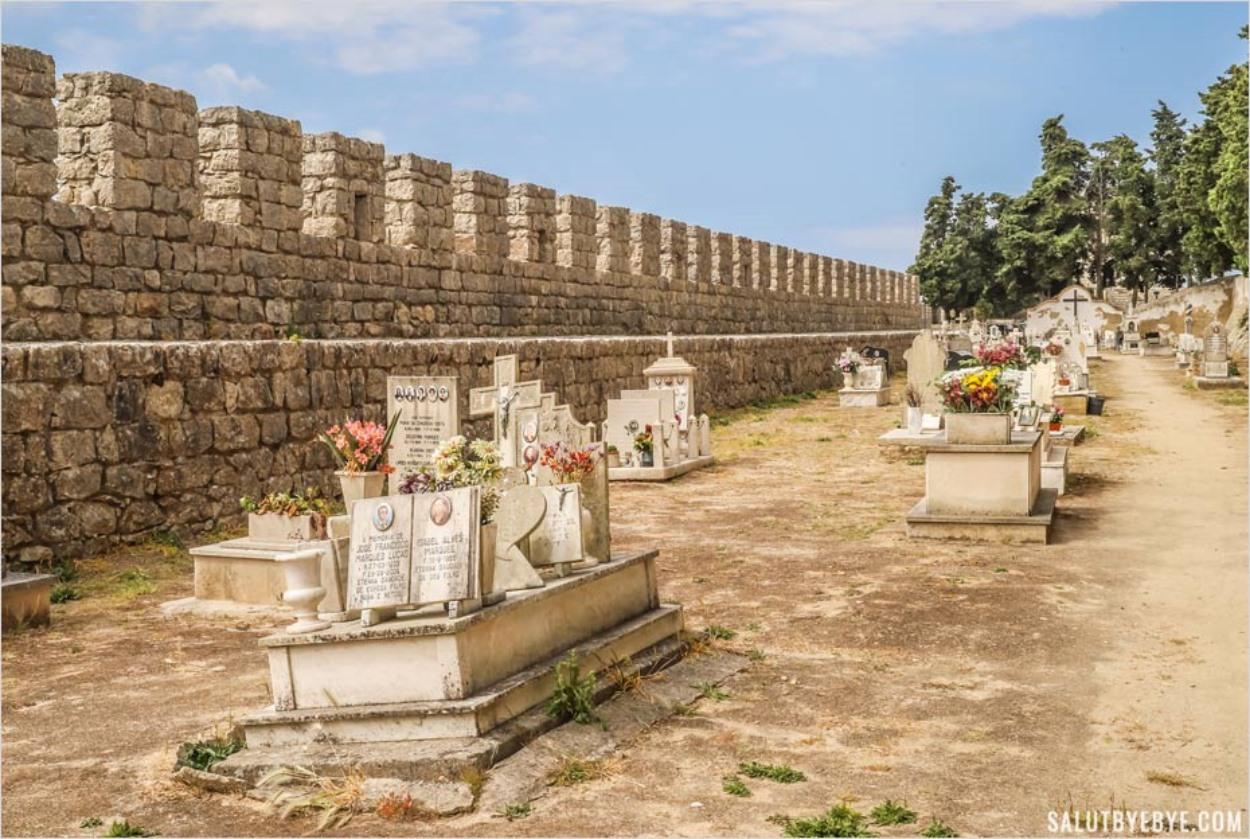 Les tombes du château de Sesimbra