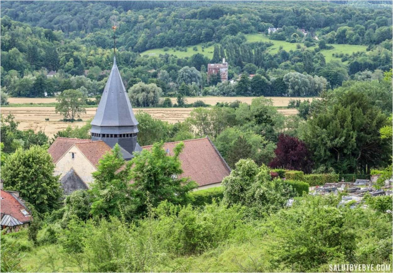 Vue sur l'église Sainte-Radegonde de Giverny