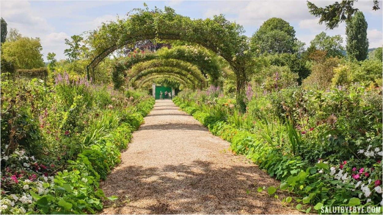 La grande allée de la maison de Monet à Giverny