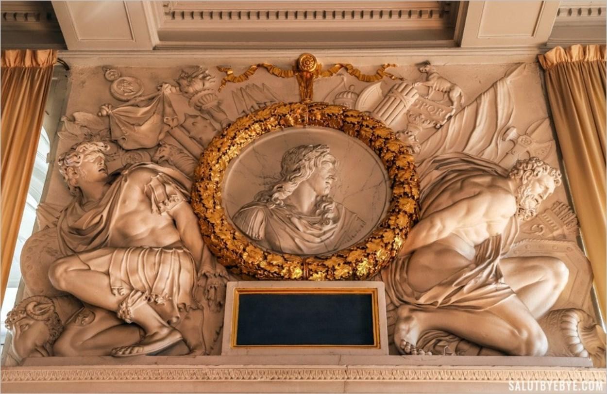 Le médaillon représentant Louis XIII, entouré de captifs