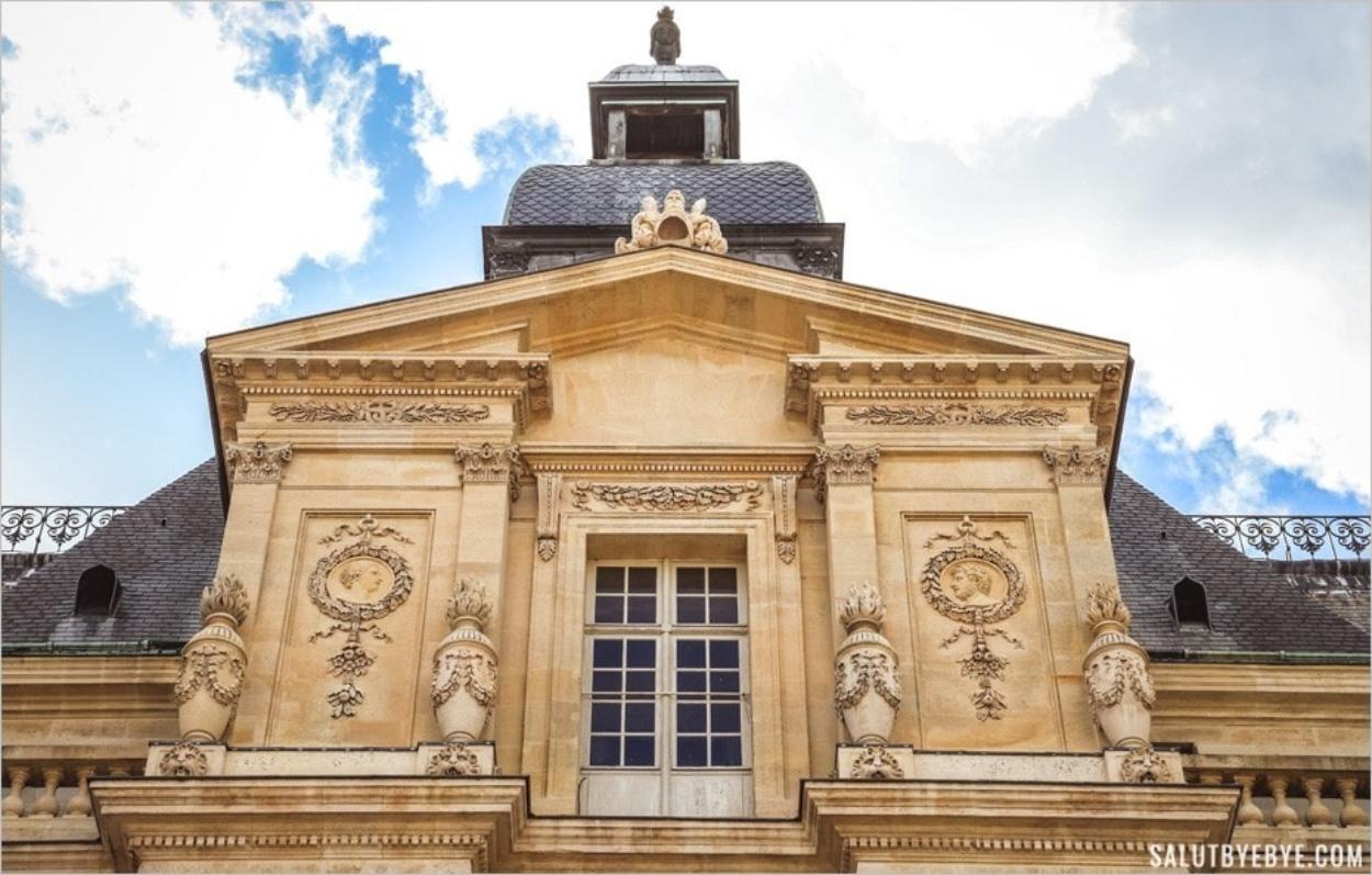 René de Longueil face à Madeleine Boulenc sur la façade du château de Maisons
