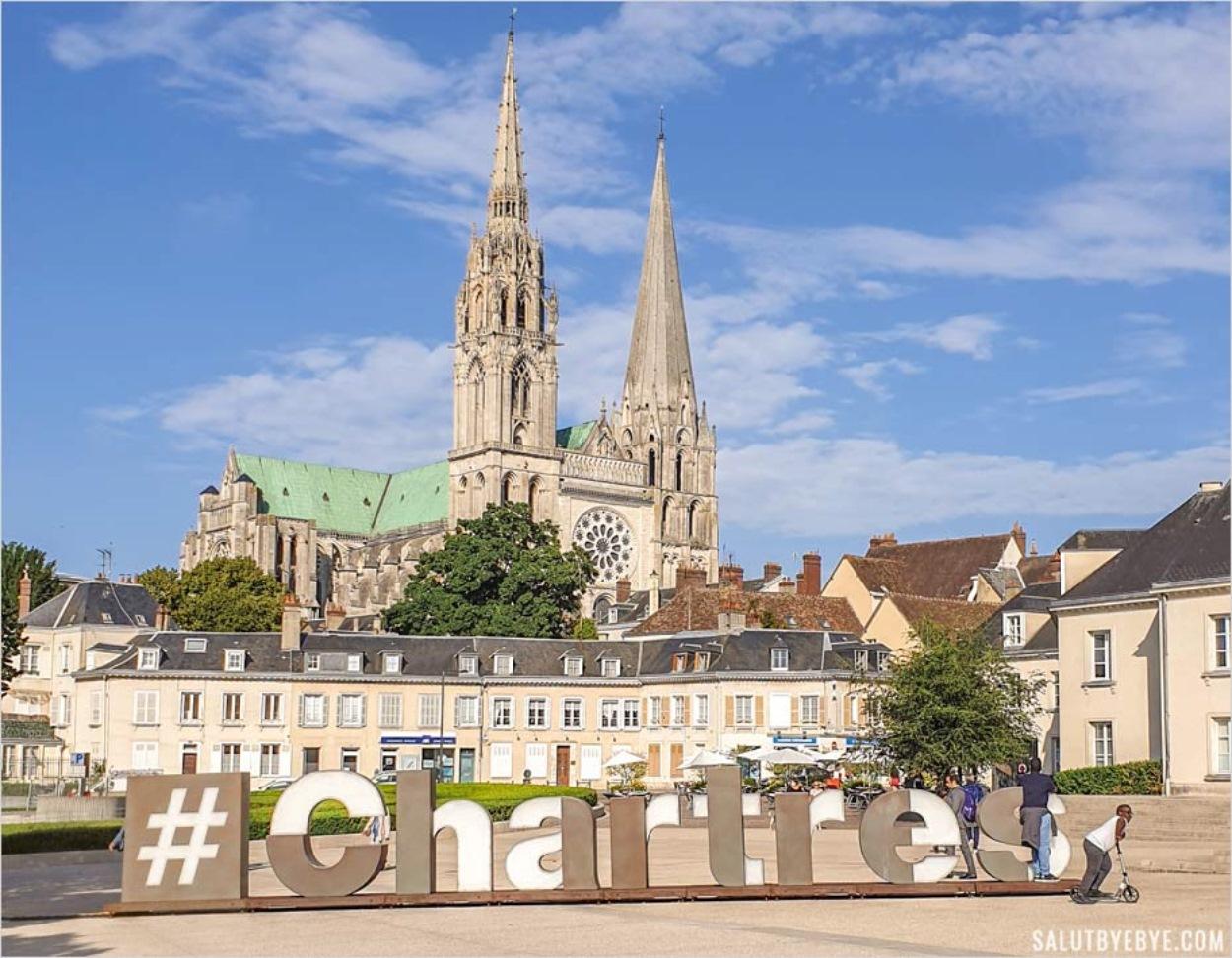 La cathédrale de Chartres vue depuis la place du Châtelet