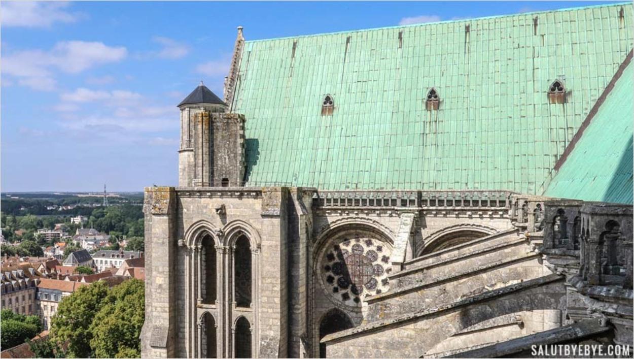 Le toit vert de la cathédrale de Chartres avec des pierres d'attente au fond