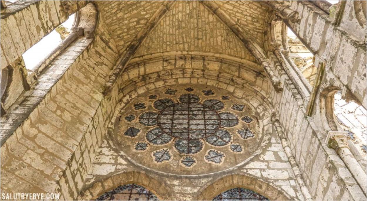 Derrière les vitraux de la cathédrale de Chartres